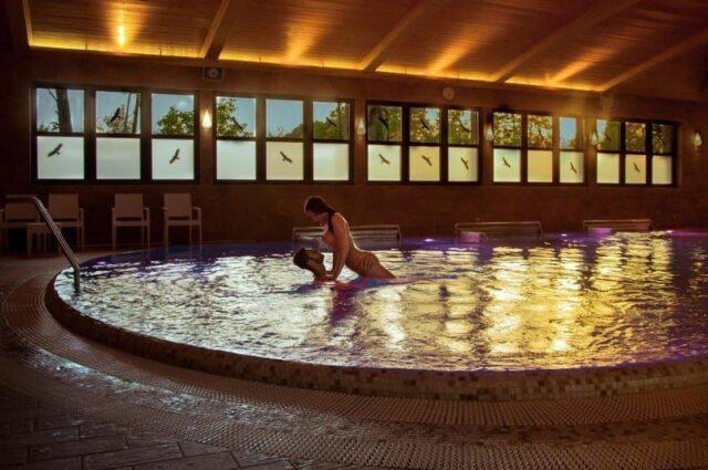 romantyczne kąpiele w bezchlorowym basenie Manor House SPA